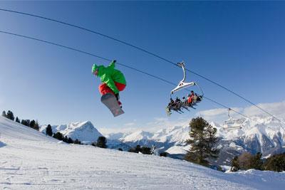 Snowboarder macht einen backgrab