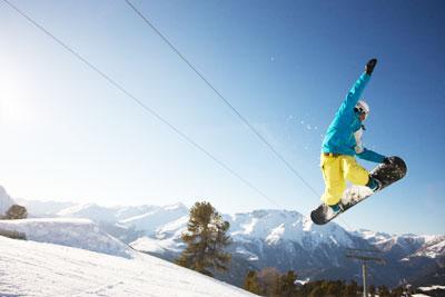 Snowboarder Sprung mit Grab an der Nose
