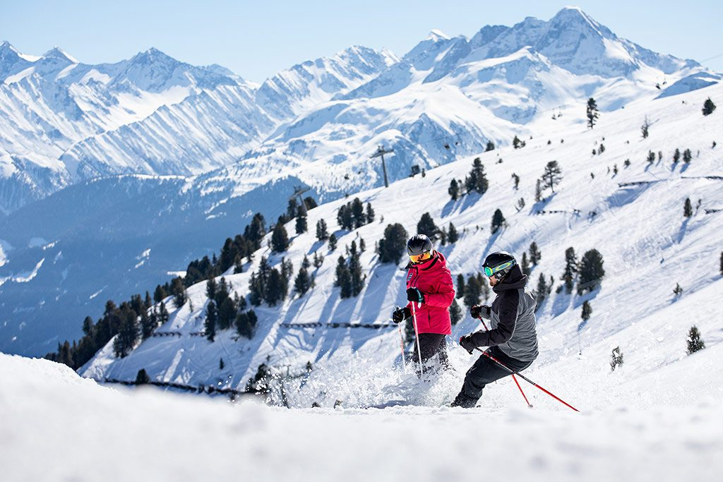 Paar Skifahren Spass auf der Piste