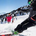 Skifahrer bremst und Freundin steht dabei
