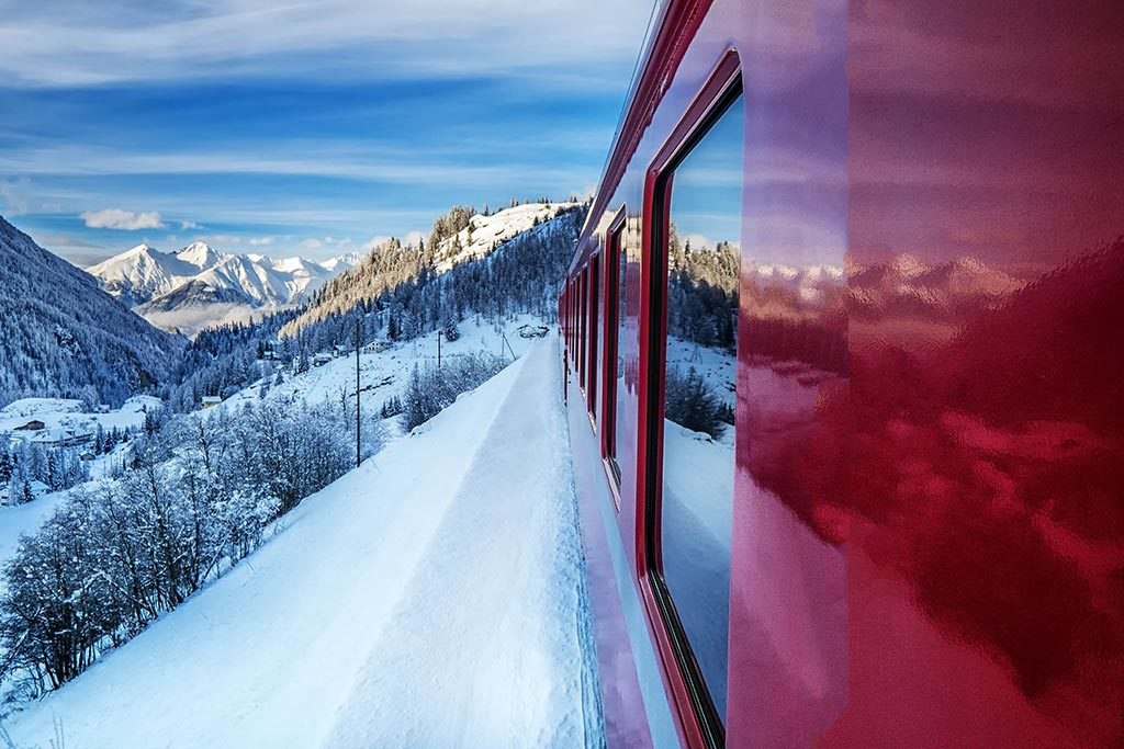 Zug Strecke Berge Winter