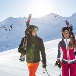 Zwei Personen laufen im Schnee