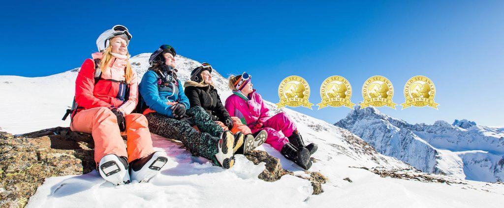 Gruppe Skifahrerin sitzen und Auszeichnungen