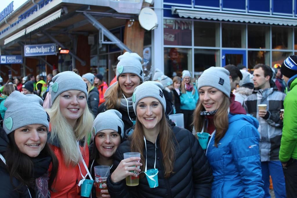 Mädelsgruppe im Skigebiet