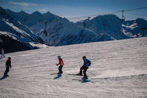 Skifahrer verliert Gleichgewicht